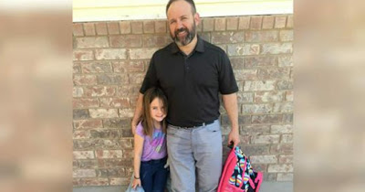 Мужчина приезжает в школу, чтобы забрать дочь – затем учительница видит его брюки и понимает, что происходит...