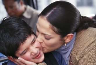 Мама заподозрила неладное, когда сын вернулся с отдыха. Причиной странного поведения стала СМС переписка с мамой друга