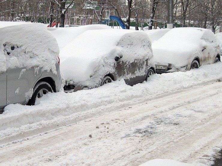 Почему опасно чистить машину от снега щеткой