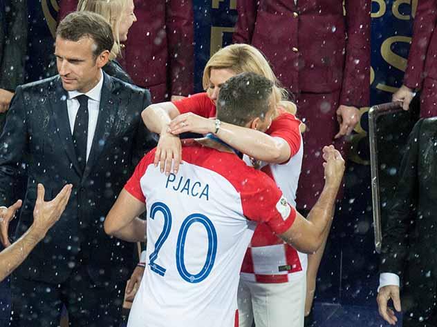 «Даже не заметила, что шел дождь»: президент Хорватии о награждении в «Лужниках»