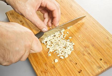 Фото приготовления рецепта: Хек в зеленом чесночном соусе - шаг 1