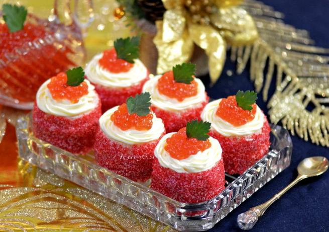 Маленькие закусочные пирожные с икрой