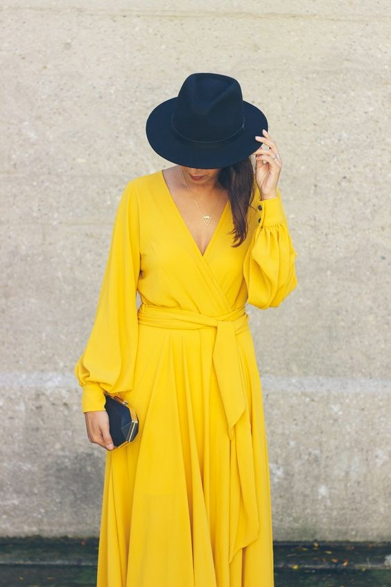 С чем носить желтое платье осенью: 10 стильных идей