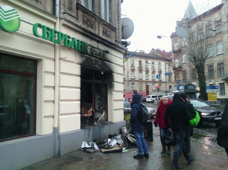 Отделение Сбербанка сгорело во Львове