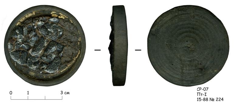 """Деревянная оправа зеркала со следами амальгамы и остатками стекла. Источник: <a href=""""<a href="""