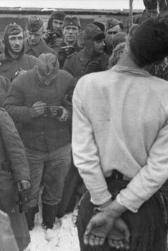 Солдаты вермахта фотографируют казнь партизана. СССР. 1941-42 год. Фото Bundesarchiv