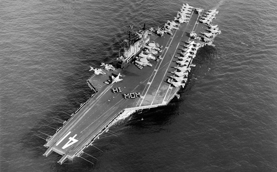 Американский авианосец «Мидуэй» (Midway) с тремя бортовыми самолётоподъёмниками. - Как бомбу за борт уронили   Военно-исторический портал Warspot.ru