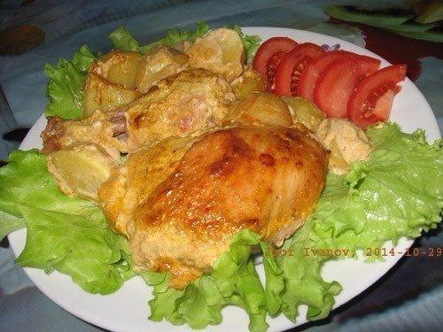 Вкусная курочка в маринаде вместе с картошкой в духовке.