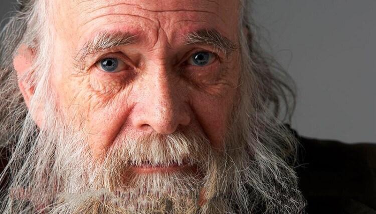 Один старый мужчина переехал жить к своему сыну, невестке и четырехлетнему внуку