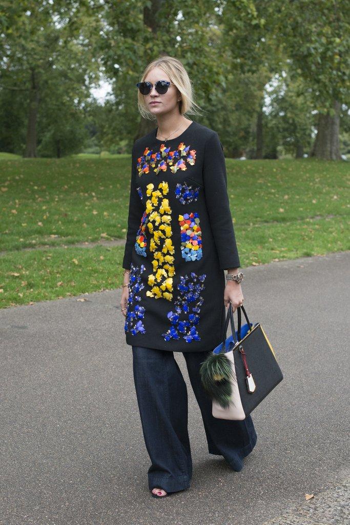 Девушка в широких джинсах и платье