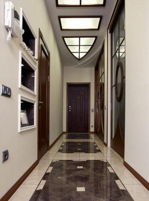 Оформление потолка и пола в коридоре