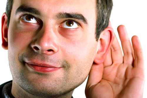 Человек слушает.