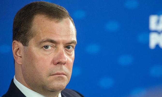 Медведев пообещал жесткий ответ на угрозу ограничить допуск банков к системе SWIFT