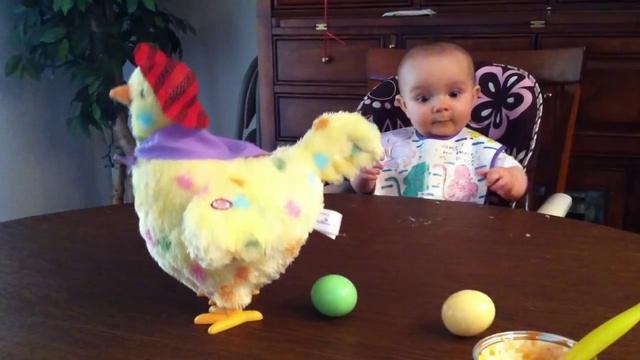Малыш в шоке от игрушечной курицы, которая несет яйца!