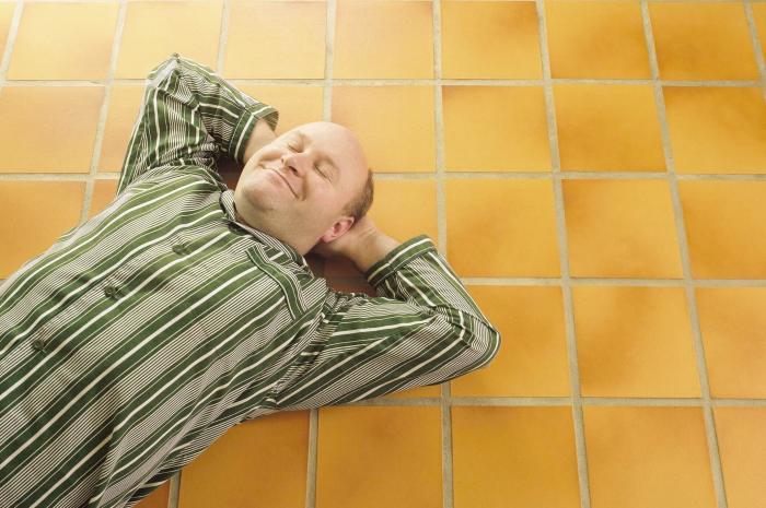 Чем ниже, тем прохладнее: спите на полу. /Фото: warmhome.by