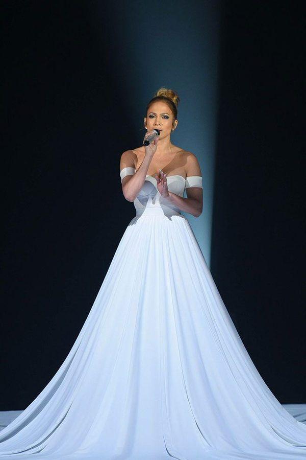 Платье Дженнифер Лопес выглядела как «обычная». Но до конца ее номера превратилась в нечто невообразимое!