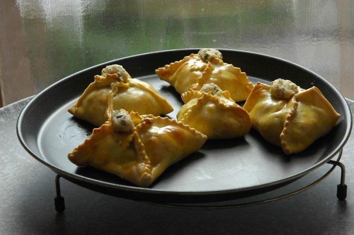 Итальянские закусочные пирожки с рыбой схожи с настоящими расстегаями только отверстием на верхней поверхности