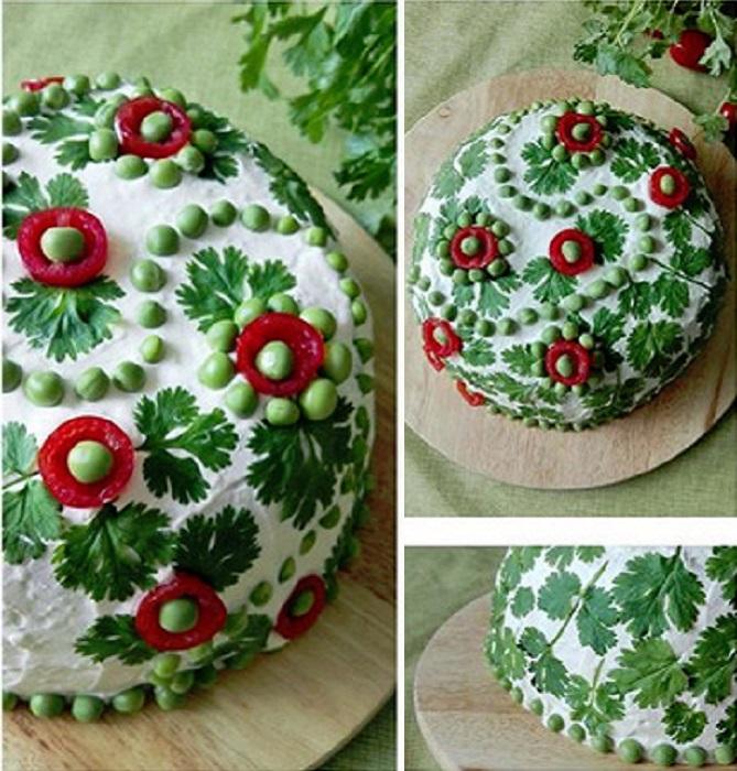 Салат, украшенный узорами.