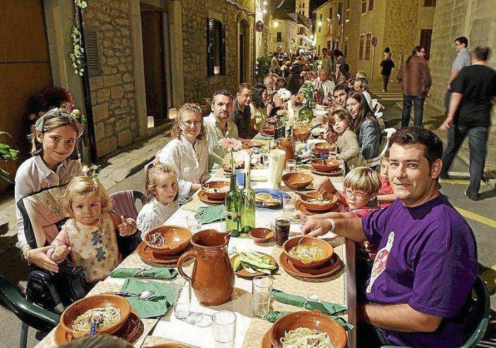 """Как здорово, что все мы здесь сегодня собрались. Ежегодный """"ужин"""" на 20 тысяч персон в испанской деревушке"""