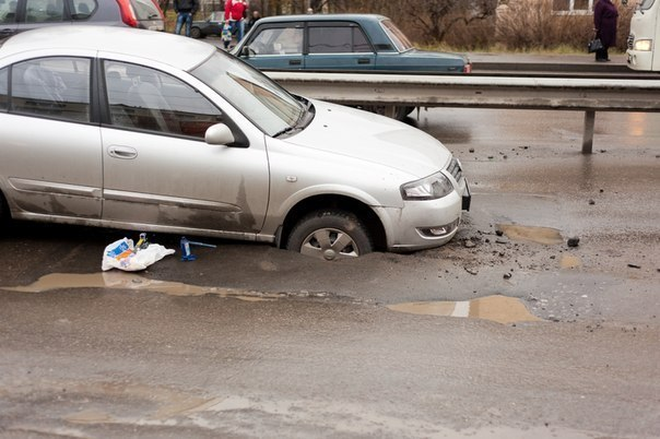 Как возместить ущерб за повреждения автомобиля с коммунальных или дорожных служб