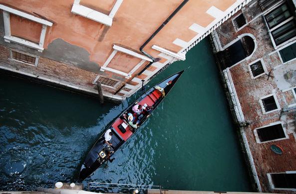 Влюбленные туристы в Венеции угнали гондолу