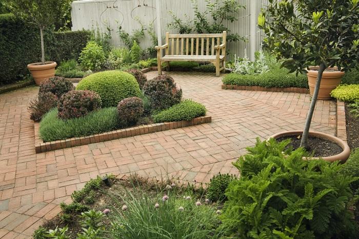 Правильно подобранные цветы и растения помогут визуально расширить пространство на участке.