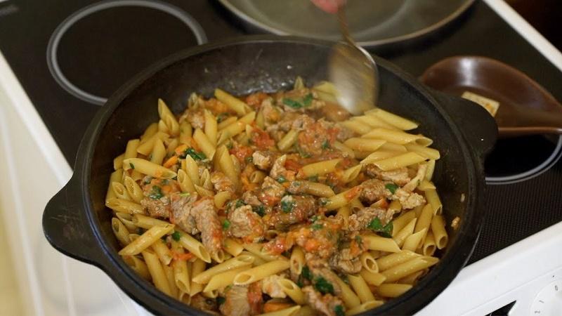 тушеные макароны с мясом