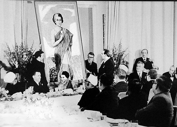 Торжественное вручение Индире Ганди ее портрета кисти Ильи Глазунова. «И вот тут Брежневым была произнесена фраза: «А почему Глазунов только буржуазных президентов рисует? И у меня юбилей на носу»