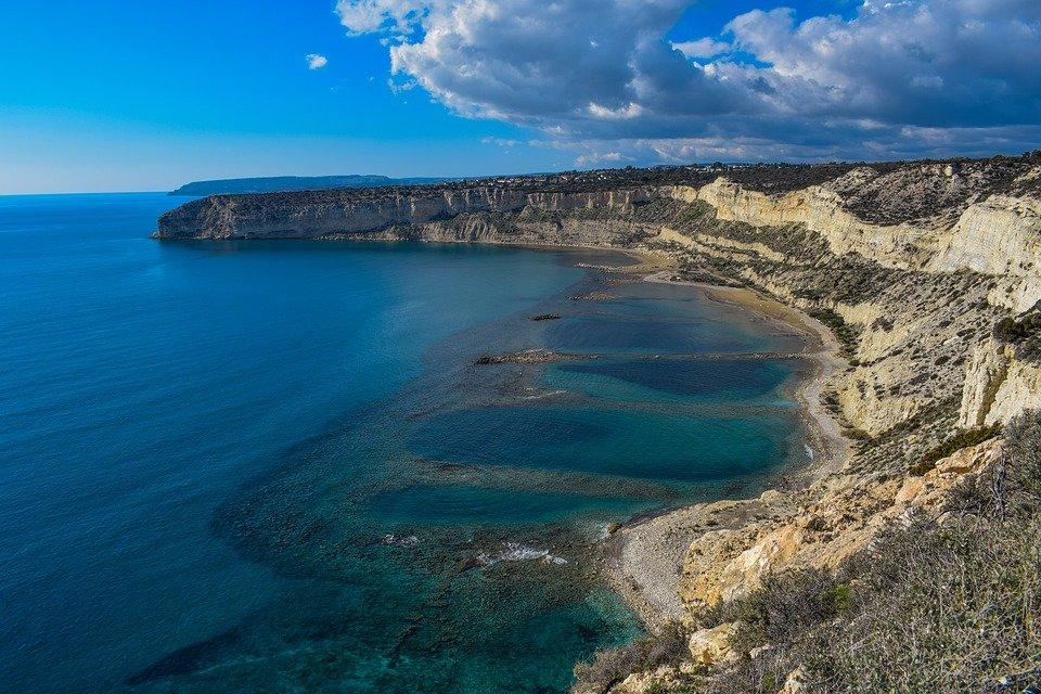 Посольство РФ на Кипре подтвердило гибель двух россиян в результате падения со скалы