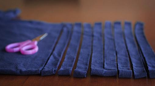 Перестала выбрасывать старые футболки. Теперь делаю из них уютные и пушистые коврики, пуфы и подушки…