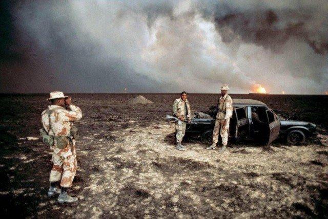 Морпехи США фотографироваются на фоне сгоревшего автомобиля, Кувейт, 1991 год. история, люди, мир, фото