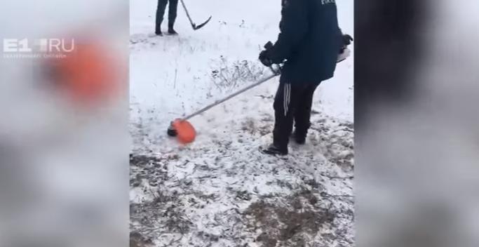 МЧС России отреагировало на видео с косящими траву под снегом спасателями