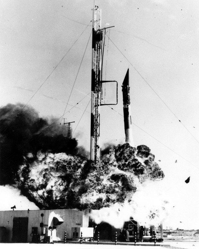 Неудачный запуск первого американского спутника, 1957 год, США история, люди, мир, фото