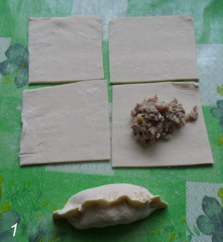 Тесто порезали на квадратики и в каждый квадратик ложем фарш.