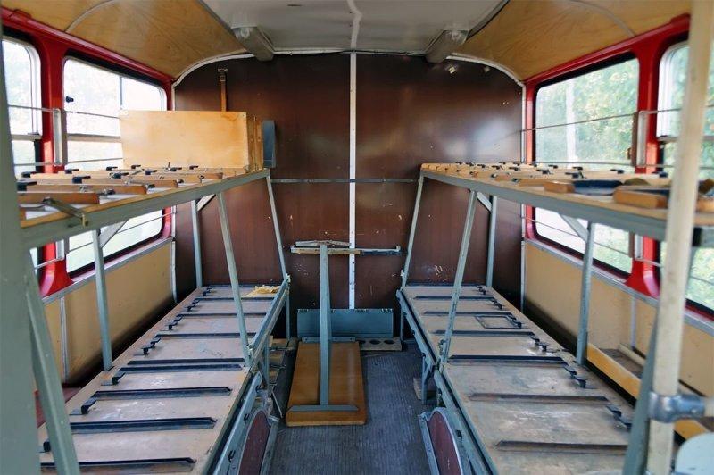Вторая половина салона, доступная через заднюю дверь — со стеллажами под кабель. Стол на полу, как и часть мебели — самодельные. ЛиАЗ 677, авто, автобус, лиаз