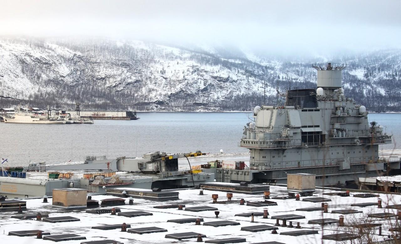 """Подъемный кран с плавучего дока ПД-50 на полетной палубе """"Адмирала Кузнецова"""""""