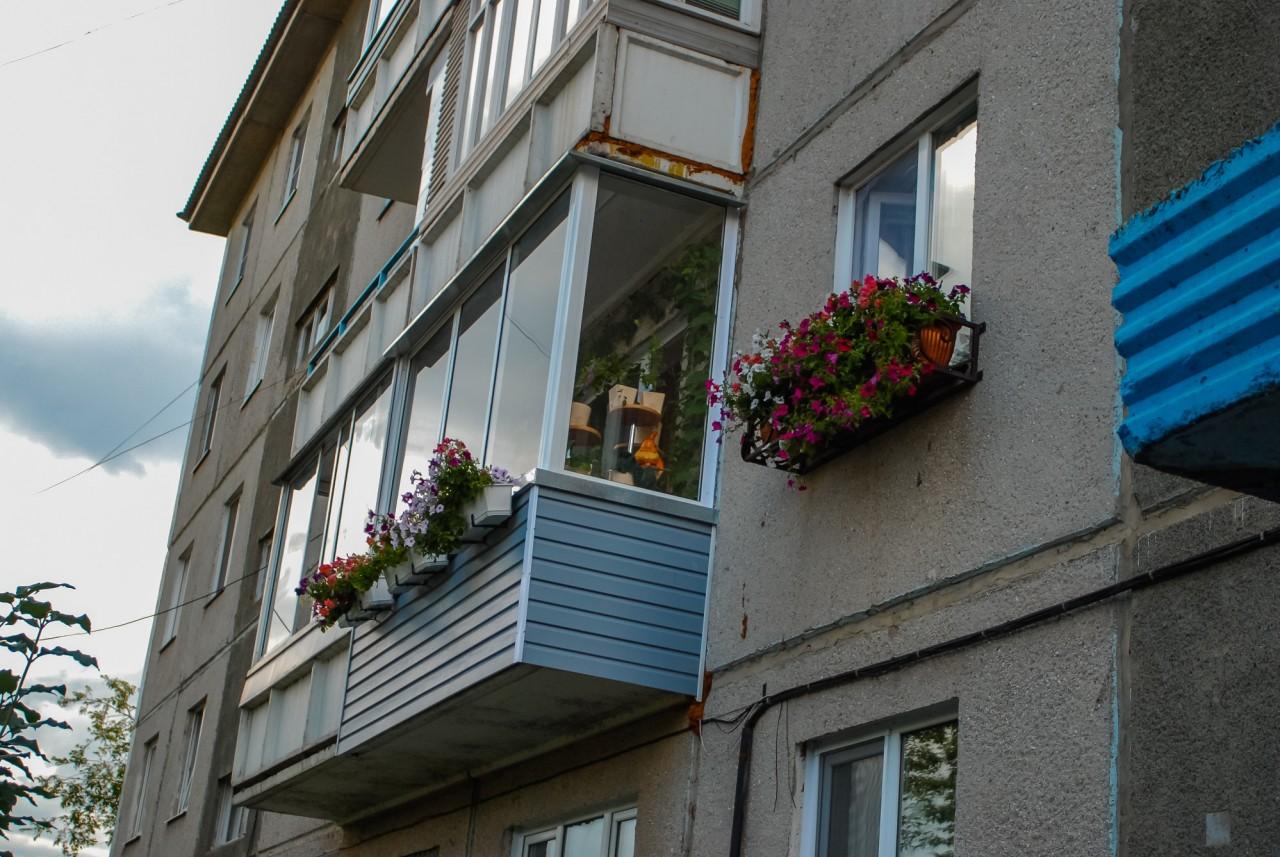 Заботливый сын украсил цветами балкон и подъезд прикованной .