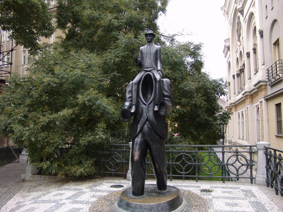 Необычные памятники Праги. Памятник Францу Кафке