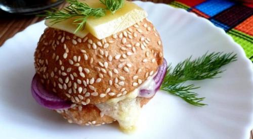 Теплый бутерброд с шампиньоном и сыром.
