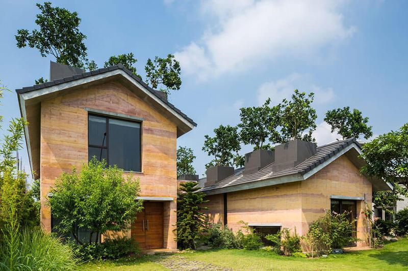 Современный дом из земли с деревьями на крыше