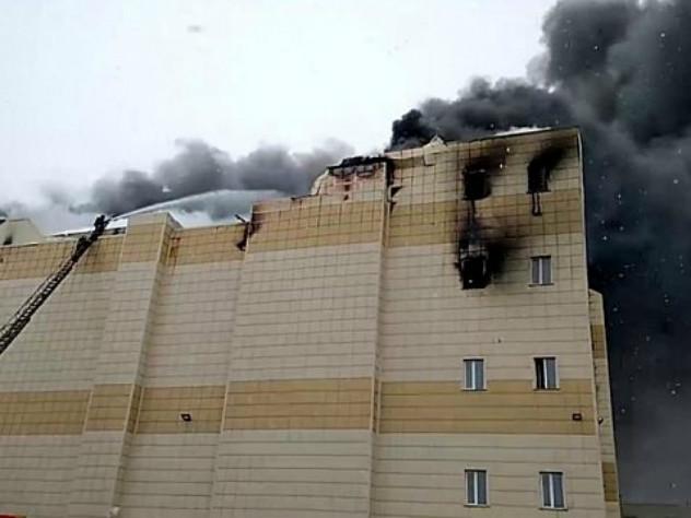 У горящего торгового центра в Кемерово рухнула крыша
