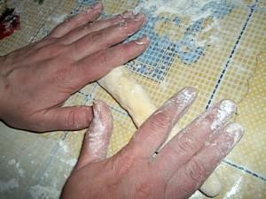 И затем аккуратно скатываем в колбаску – типа, у нас кусок теста без начинки.