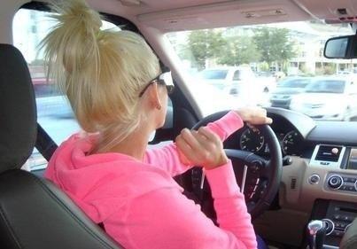 Фото девушка блондинка за рулем спиной на аву