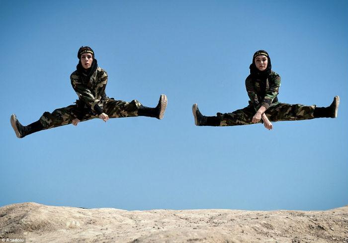 Ниндзя в хиджабах: как иранские женщины изучают боевые искусства в пустыне