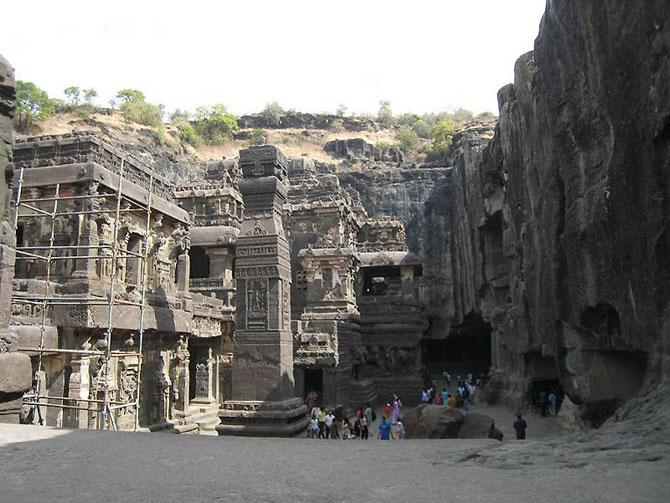 Деревня с удивительными пещерами