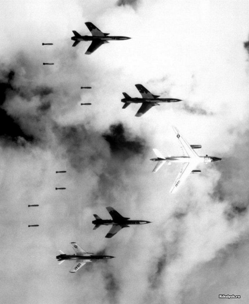 B-66 и четыре F-105 Thunderchiefs сбрасывают бомбы на цели над Северным Вьетнамом 14 июня 1966 года история, люди, мир, фото