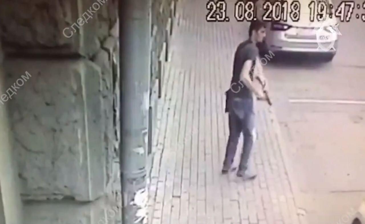 Напавший на полицейских в центре Москвы скончался в больнице