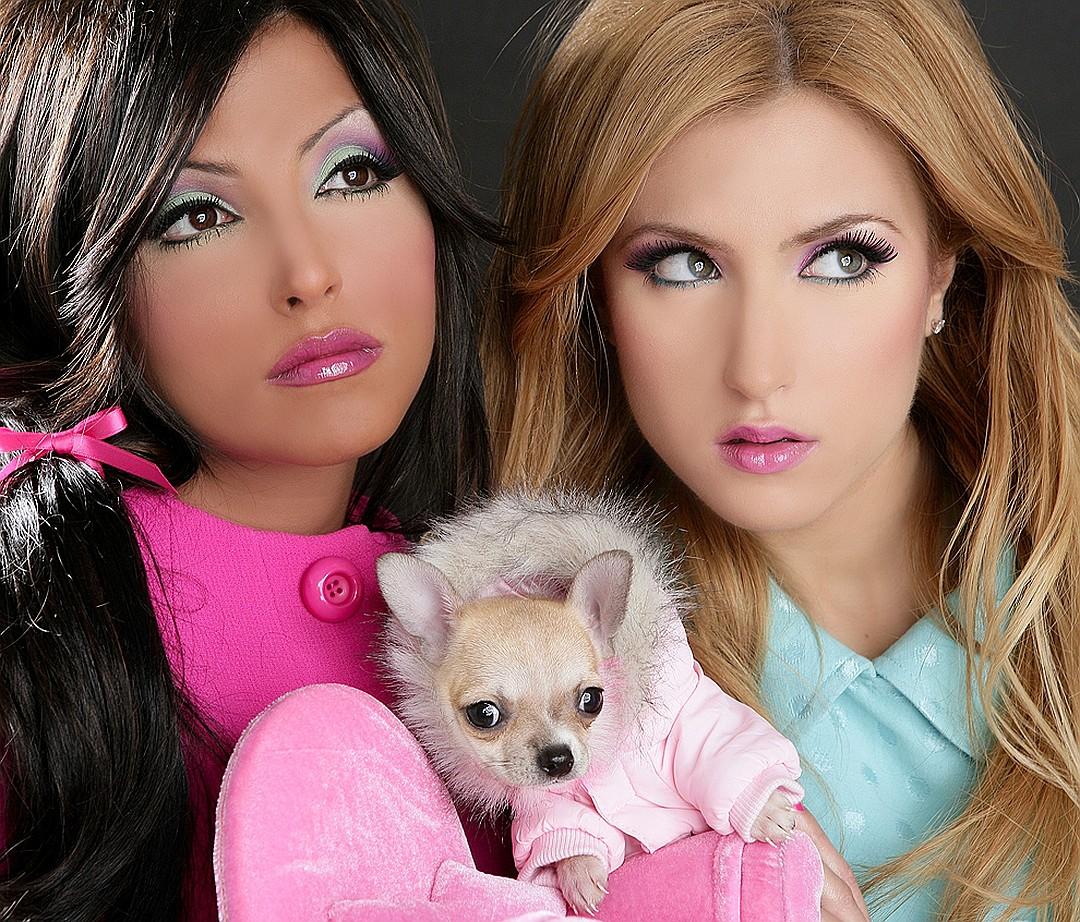 Неписанные правила показного гламура - косметики и фоторетуши должно быть много, а собаки - мало. Фото: EAST NEWS