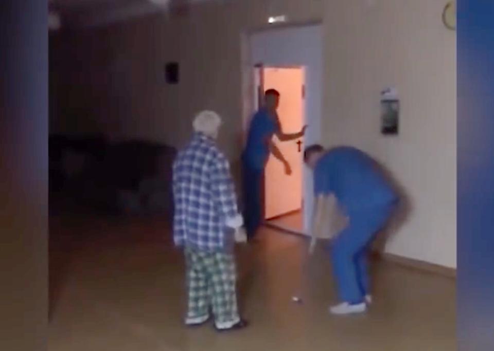 Санитары сняли на видео изде…