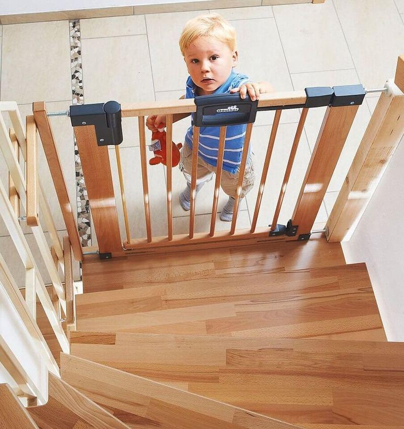 Защита на лестницу для детей: виды, особенности установки, требования безопасности